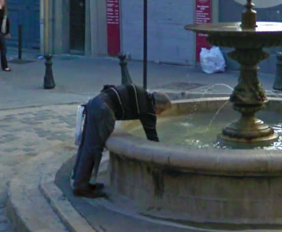this-guy-is-so-robbing-the-fountain